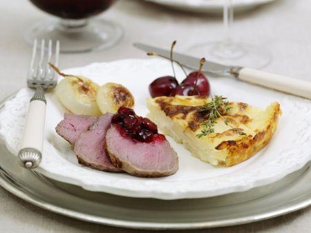Rehrückenbraten mit Kartoffelauflauf und Kirschsoße