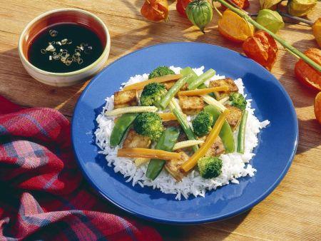 Reis mit Gemüse und Tofu