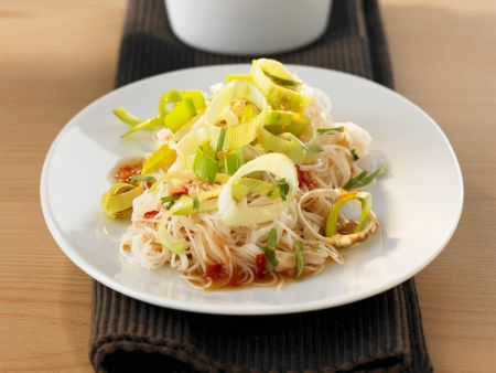 Reisnudeln mit Lauch und Chilisoße süß-sauer