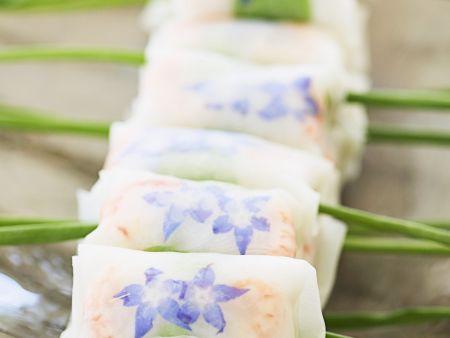 Reispapierröllchen mit Borretschblüten und Shrimps