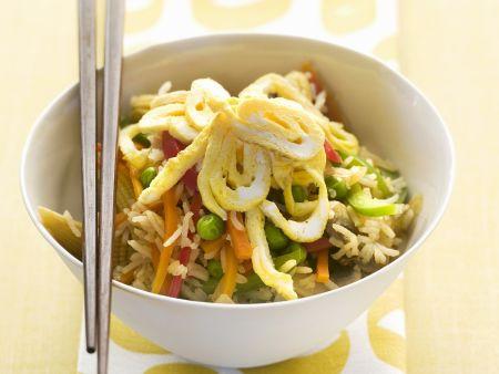 Reispfanne mit Eierstich und Gemüse