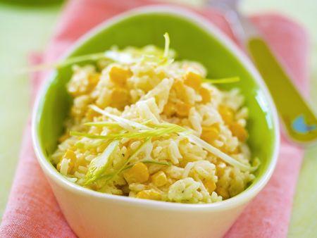 Reissalat mit Mais und Frühlingszwiebeln in einer Schüssel