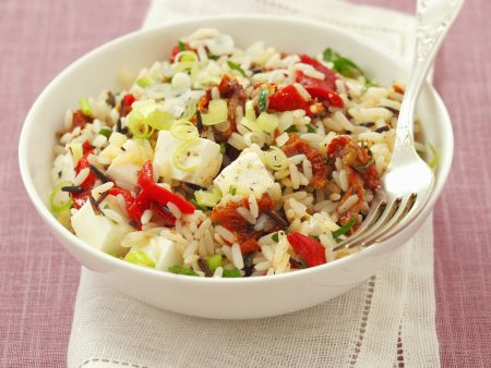 Reis-Paprika-Salat mit getrockneten Tomaten und Schafskäse