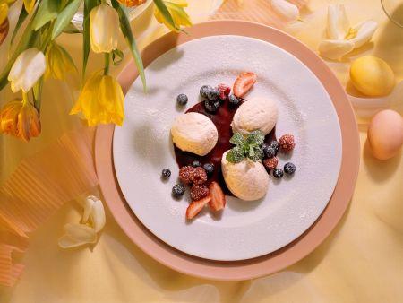 Rhabarbermousse mit Beeren