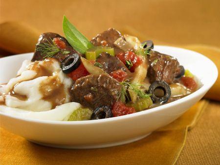 Rindereintopf mit Oliven, Tomaten und Kartoffelbrei
