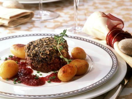 Rindermedaillon mit Steinpilzhaube und Zwiebeln in Rotwein