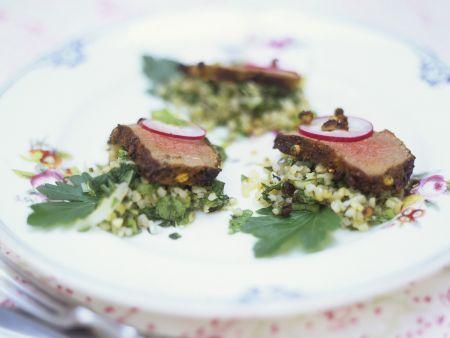 Rindfleisch auf gehacktem Gemüse