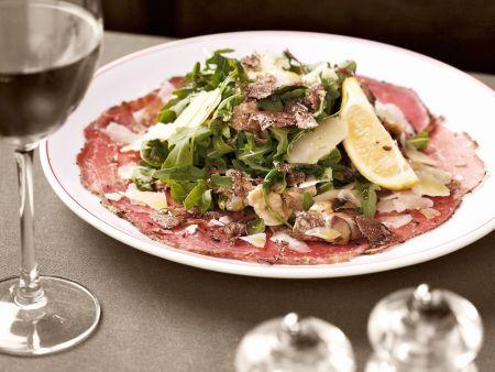 Rindfleisch-Carpaccio mit Artischocken, Rucola, Parmesan und Trüffel