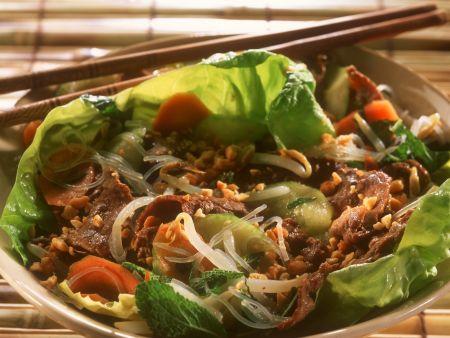 Rindfleisch mit Erdnüssen und Reisnudeln auf Vietnamesische Art