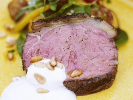 Rindfleisch mit Joghurtdip und Blattsalat