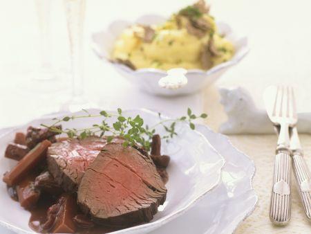 Rindfleisch mit Karotten, Pilzen und Rotweinsoße