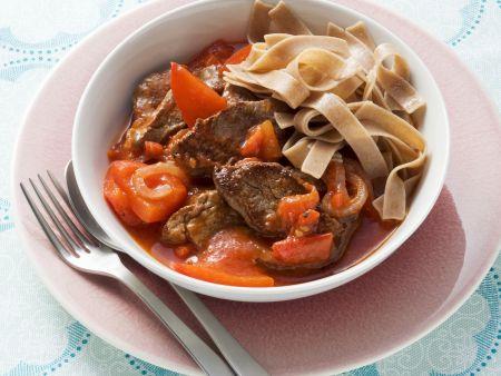 Rindfleisch-Tomaten-Sauce mit Paprika und Vollkornnudeln
