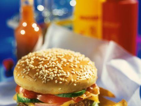 Rindfleischburger mit Tomaten, Zwiebel, Käse und Gurke