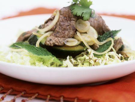 Rindfleischsalat mit Zucchini und Kohl