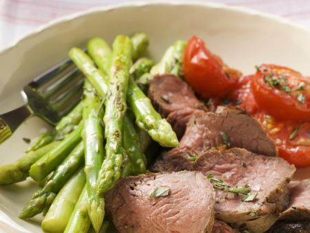 Rindfleischstücke mit Spargel und Tomaten