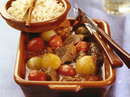 Rindfleischtopf mit Zwiebeln und Tomaten auf griechische Art