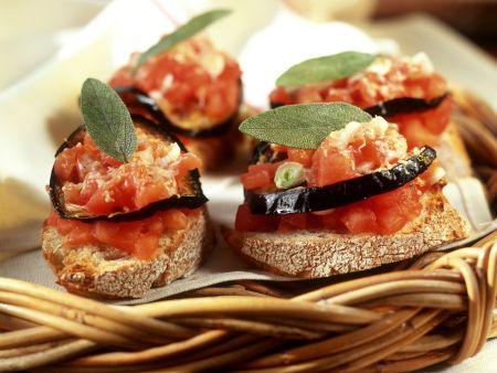 Röstbrot mit Tomate und Aubergine