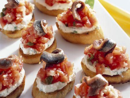 Röstbrote mit Tomaten, Frischkäse und Anchovis