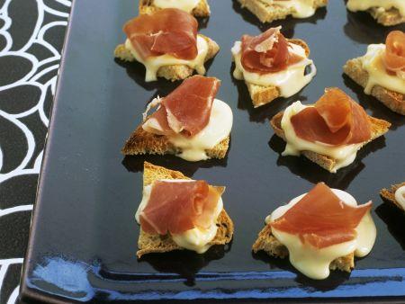 Röstbrote mit Vacherin-Käse und Schinken