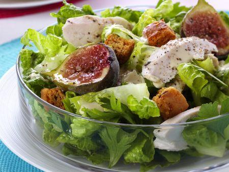 Romanasalat mit Croutons, Hähnchenstreifen und Feige
