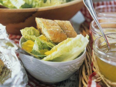 Romanasalat mit Essblüten und Knofi-Brot