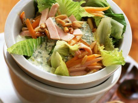 Romanasalat mit Putenbrust, Möhre und Pinienkernen