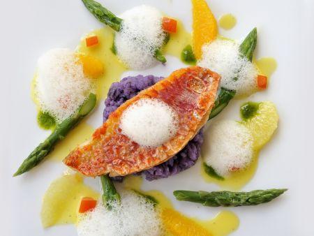 Rotbarbenfilet mit Spargel, lila Kartoffeln und Zitrusfrüchten