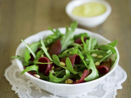 Rote-Bete-Salat mit Rauke und Pinienkernen