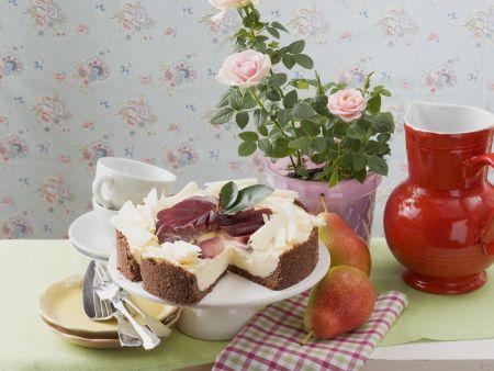 Rotweinbirnenkuchen mit weißer Schokolade