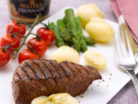 Rumpsteak mit grünem Spargel, Kirschtomaten und gedünsteten Kartoffeln