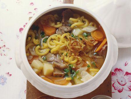 Rustikale Suppe mit Fleisch, Nudeln, Kartoffeln und Gemüse