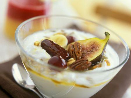 Sahnejoghurt mit Nüssen und süßen Früchten
