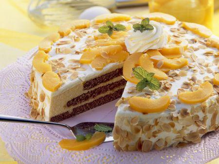 Sahnetorte mit Pfirsich und Mandeln
