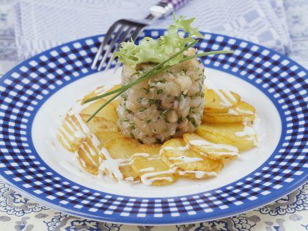 Saibling-Tatar mit Bratkartoffeln