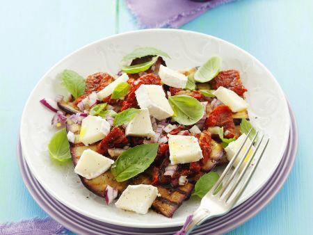 Salat aus gegrillten Auberginen, getrockneten Tomaten und Ziegenkäse