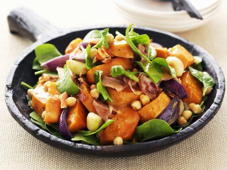 Salat aus Süßkartoffeln, roten Zwiebeln und Spinat