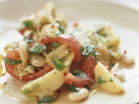 Salat aus weißen Bohnen, Kartoffeln und Tomaten