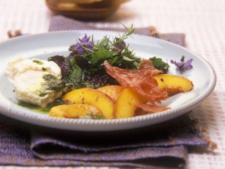 Salat aus Wildkräutern, Pfirsich und Ziegenkäse mit Basilikumöl-Dressing