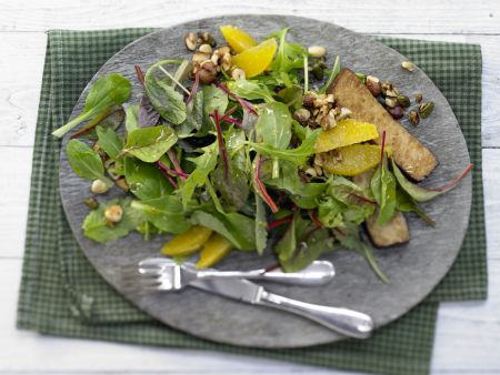 Salat mit Karamellnüssen