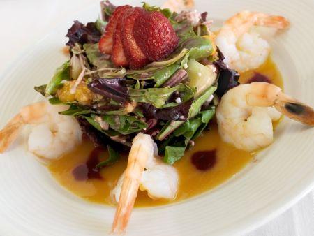 Salat mit Früchten, dazu Shimps