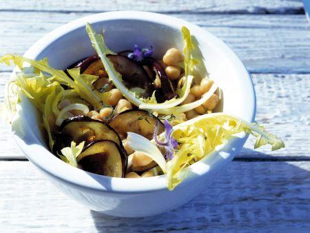 Salat mit gegrillten Auberginenscheiben