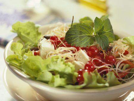 Salat mit Glasnudeln, Käse und Johannisbeeren