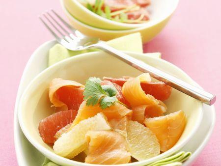 Salat mit Grapefruit und geräuchertem Lachs