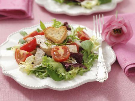 Salat mit Hähnchenbrust vom Grill, Cherrytomaten und Herz-Croutons
