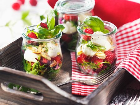 salat mit himbeeren mozzarella und pinienkernen rezept eat smarter. Black Bedroom Furniture Sets. Home Design Ideas