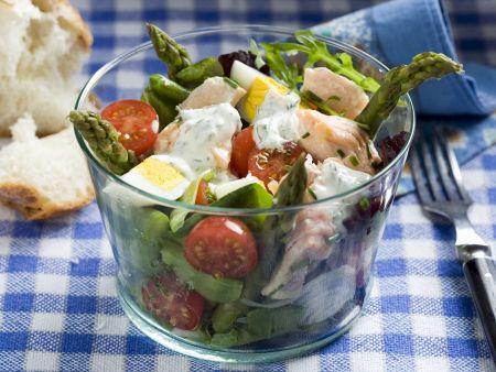 Salat mit Lachs, grünem Spargel, Cocktailtomaten und Ei