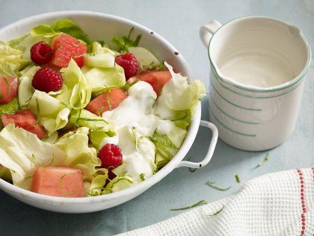 Salat mit Obst und Joghurtdressing