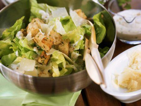Salat mit Parmesan und Croutons