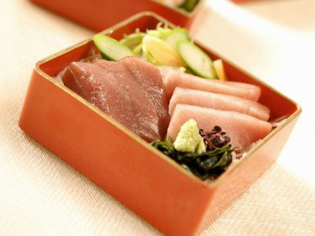 Salat mit rohem Thunfisch auf japanische Art