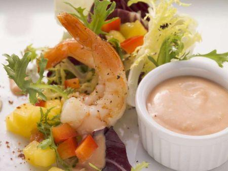 Salat mit Shrimps, dazu Thousand-Isalnd-Dressing